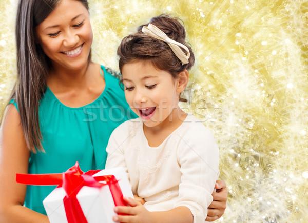 Glücklich Mutter kleines Mädchen Geschenkbox Weihnachten Feiertage Stock foto © dolgachov