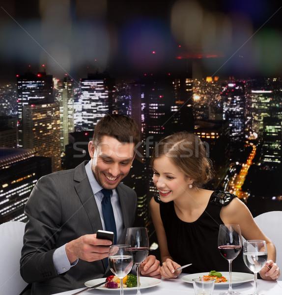 Uśmiechnięty para jedzenie danie główne restauracji technologii Zdjęcia stock © dolgachov