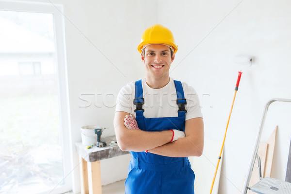 Sonriendo jóvenes constructor casco de seguridad edificio Foto stock © dolgachov