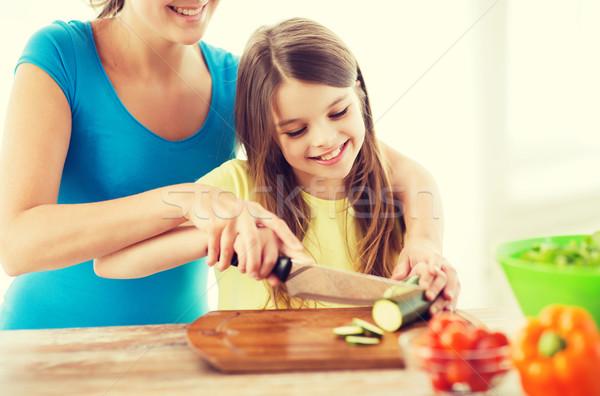 Mosolyog kislány anya tapsolás uborka család Stock fotó © dolgachov