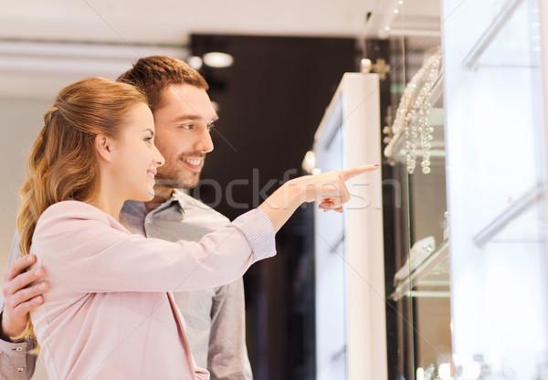 Paar naar winkelen venster sieraden store Stockfoto © dolgachov