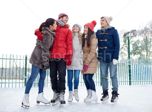 Heureux amis patinage ext rieur personnes photo for Patinage exterieur