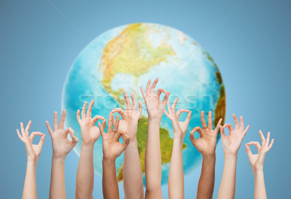 Menselijke handen tonen teken aarde Stockfoto © dolgachov