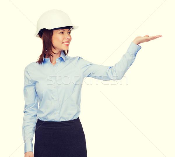 Młodych uśmiechnięty kobieta interesu biały kask budynku Zdjęcia stock © dolgachov