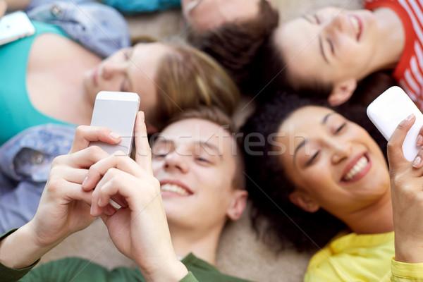 Stok fotoğraf: Öğrenciler · arkadaşlar · akıllı · telefonlar · eğitim · insanlar