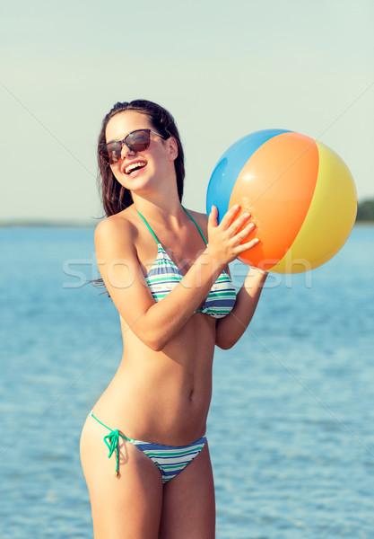 Stok fotoğraf: Gülen · genç · kız · güneş · gözlüğü · top · plaj · deniz