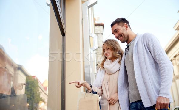 Stock fotó: Boldog · pár · bevásárlótáskák · bolt · ablak · vásár