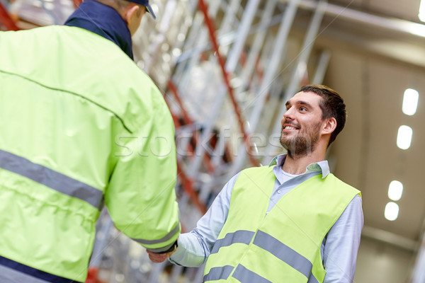 Mannen veiligheid handen schudden magazijn groothandel mensen Stockfoto © dolgachov