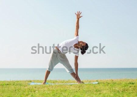 Młody człowiek ławce odkryty fitness sportu Zdjęcia stock © dolgachov