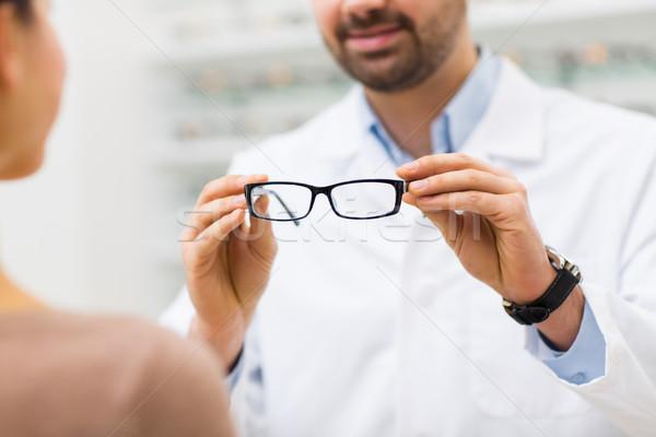 Gözlükçü gözlük optik depolamak sağlık Stok fotoğraf © dolgachov