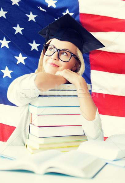 étudiant graduation cap heureux livres Photo stock © dolgachov