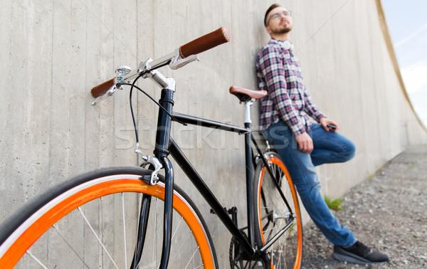 Közelkép hipszter fix viselet bicikli férfi Stock fotó © dolgachov