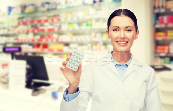 女性 薬剤師 錠剤 ドラッグストア 薬局 薬 ストックフォト © dolgachov