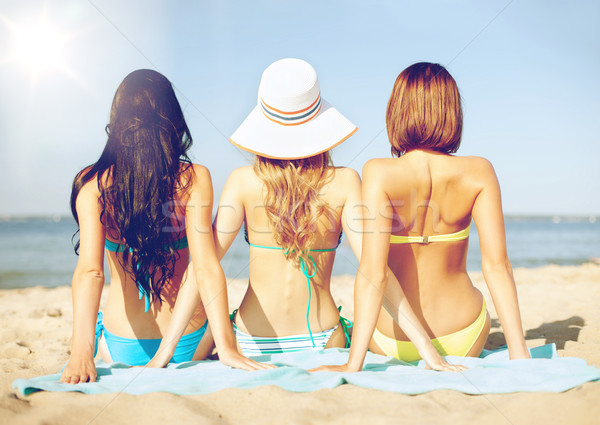 Meisjes zonnebaden strand zomer vakantie vakantie Stockfoto © dolgachov