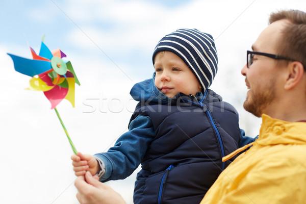 Heureux père en fils jouet extérieur famille enfance Photo stock © dolgachov