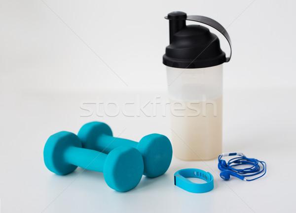 Súlyzók fülhallgató üveg sport egészséges életmód tárgyak Stock fotó © dolgachov