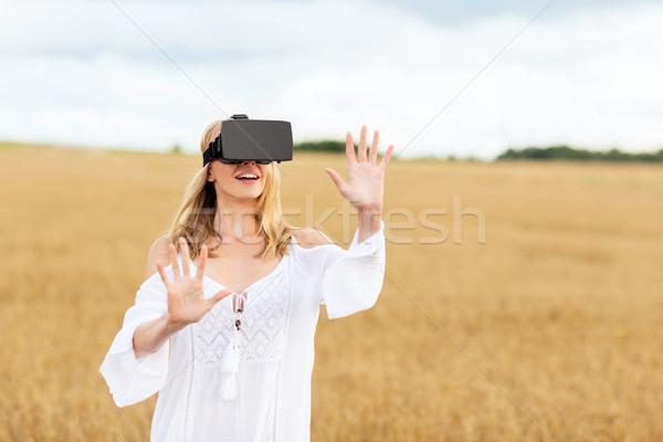 Kobieta faktyczny rzeczywistość zestawu zbóż dziedzinie Zdjęcia stock © dolgachov