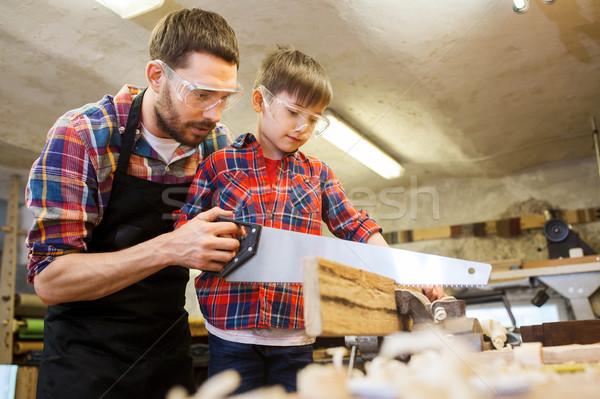 Tata fiu văzut lucru atelier familie dulgherie Imagine de stoc © dolgachov