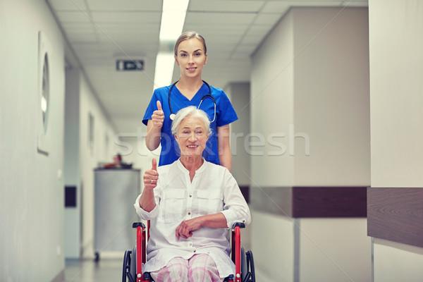 Enfermera altos mujer silla de ruedas hospital medicina Foto stock © dolgachov