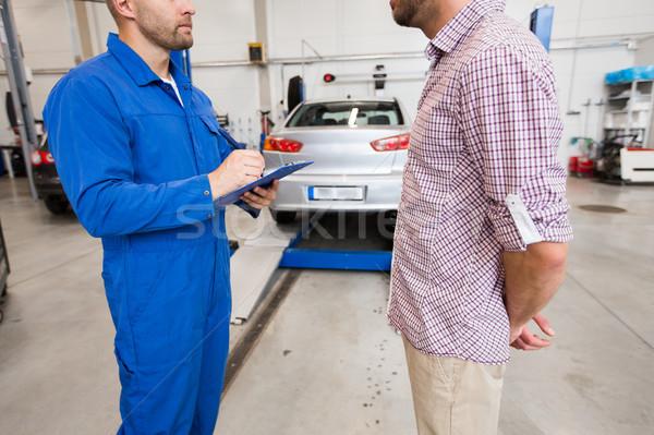 Mecánico de automóviles portapapeles hombre coche tienda auto Foto stock © dolgachov