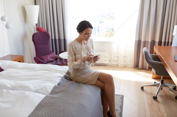 Zakenvrouw smartphone hotelkamer zakenreis mensen technologie Stockfoto © dolgachov