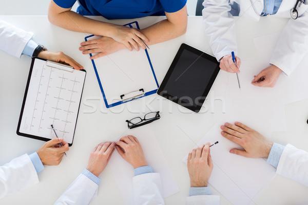 Orvosok kardiogram táblagép kórház gyógyszer egészségügy Stock fotó © dolgachov