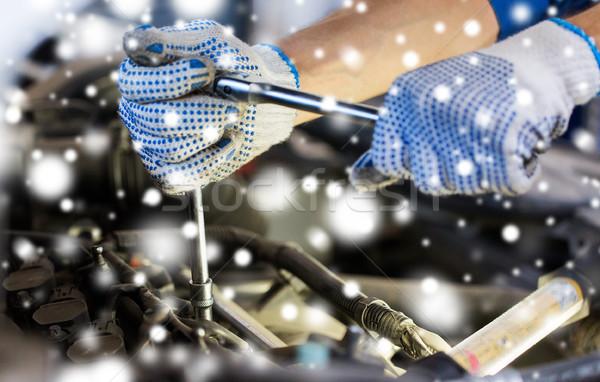 Automechaniker Hände Schraubenschlüssel Auto Service Stock foto © dolgachov