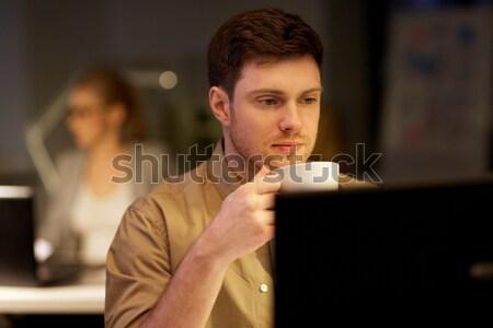 Homem laptop café trabalhando noite escritório Foto stock © dolgachov
