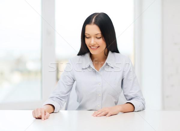 Mosolygó nő mutat valami képzeletbeli üzlet oktatás Stock fotó © dolgachov