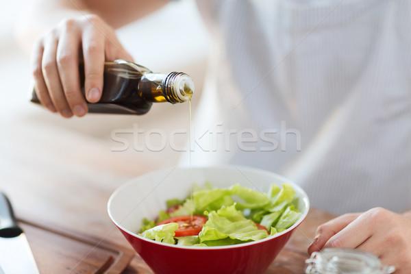 Közelkép férfi kezek salátástál főzés otthon Stock fotó © dolgachov