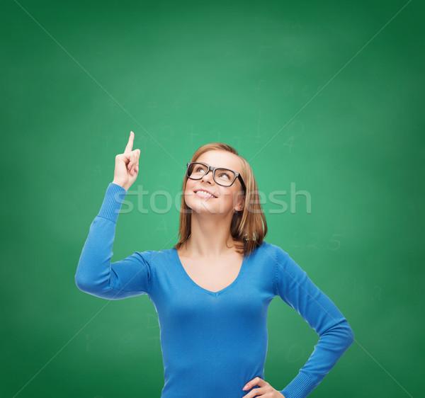 Mujer sonriente senalando dedo hasta anuncio atractivo Foto stock © dolgachov