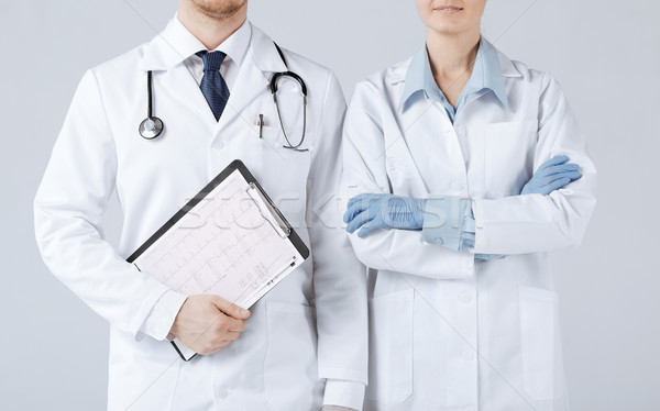 Verpleegkundige mannelijke arts kardiogram foto vrouw Stockfoto © dolgachov