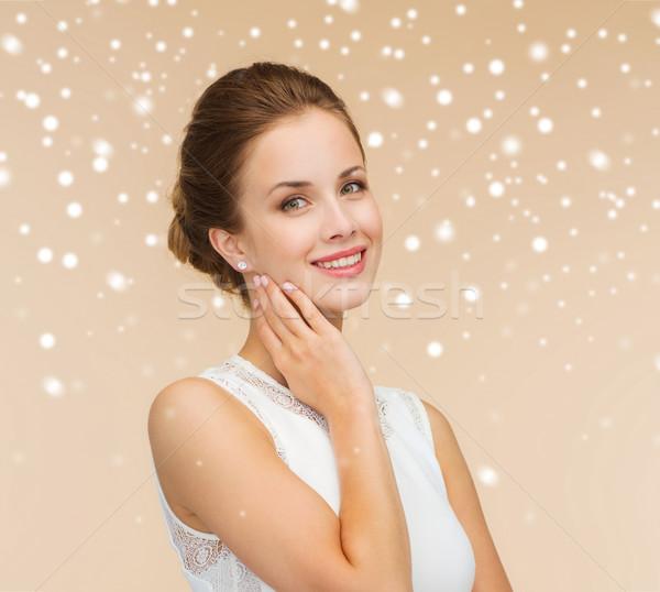 Donna sorridente abito bianco anello di diamanti impegno celebrazione wedding Foto d'archivio © dolgachov