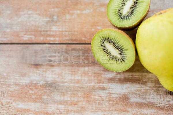 Maduro kiwi pereira tabela frutas Foto stock © dolgachov