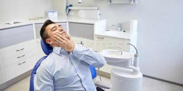 Homem dor de dente sessão dental cadeira pessoas Foto stock © dolgachov