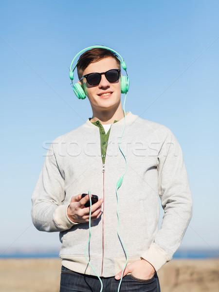 Gelukkig jonge man hoofdtelefoon smartphone technologie lifestyle Stockfoto © dolgachov