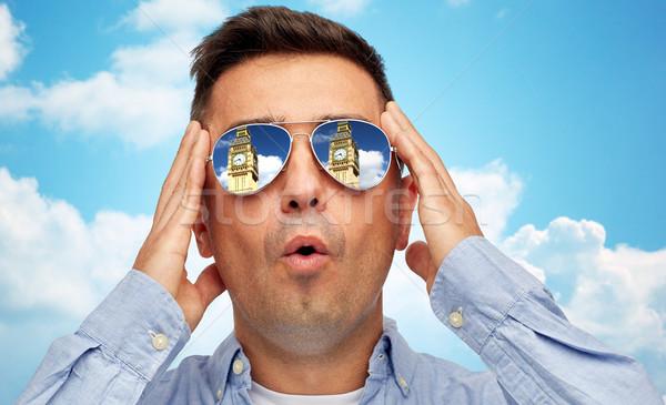 Visage homme lunettes de soleil regarder Big Ben tour Photo stock © dolgachov