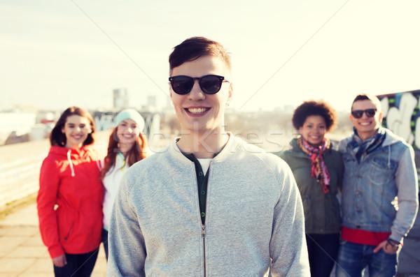 Groupe heureux adolescent amis rue de la ville personnes Photo stock © dolgachov