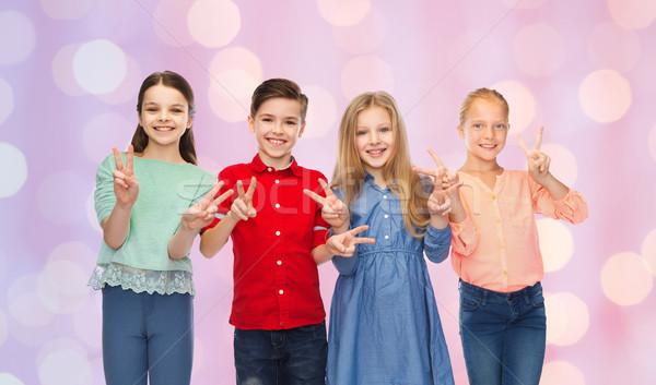 Mädchen Frieden Handzeichen Kindheit Stock foto © dolgachov