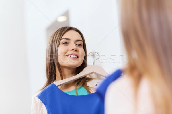 Mutlu kadın elbise giyim depolamak ayna Stok fotoğraf © dolgachov