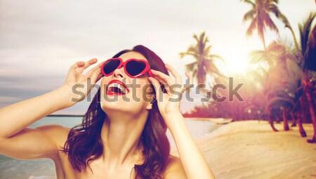 Feliz mulher óculos de sol maiô praia pessoas Foto stock © dolgachov