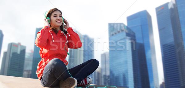 Feliz mulher jovem fones de ouvido ouvir música tecnologia viajar Foto stock © dolgachov