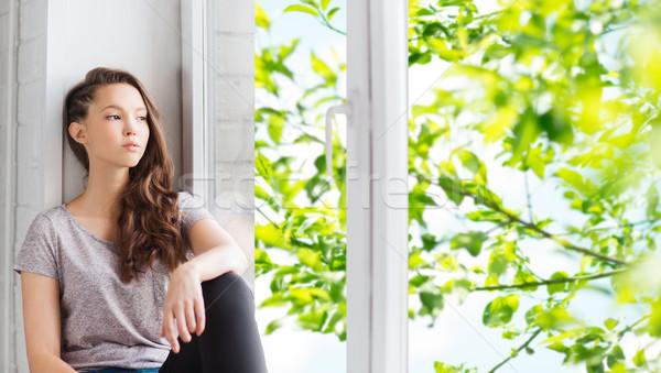 Triest mooie tienermeisje vergadering vensterbank mensen Stockfoto © dolgachov