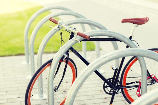 Közelkép fix viselet bicikli utca parkolás Stock fotó © dolgachov