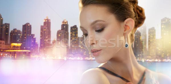 Mooie jonge asian vrouw oorbel stad Stockfoto © dolgachov