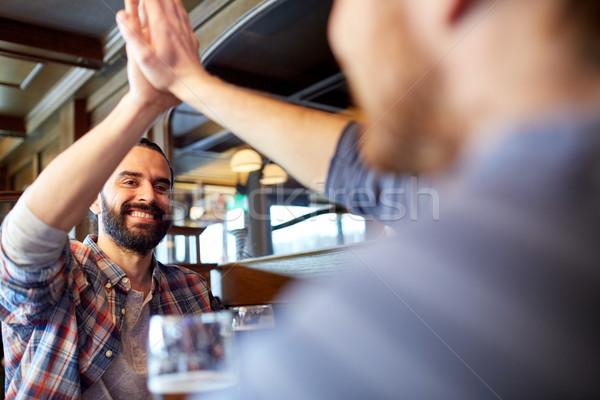 Feliz masculina amigos máximo de cinco bar Foto stock © dolgachov