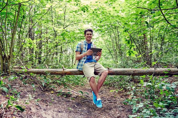 Feliz homem mochila mata aventura Foto stock © dolgachov