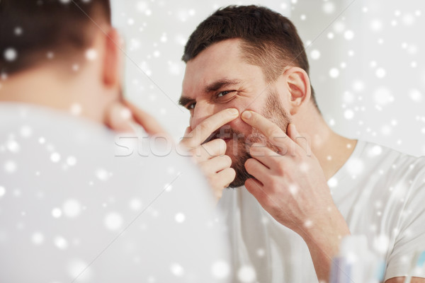 Uomo brufolo bagno specchio bellezza pelle Foto d'archivio © dolgachov
