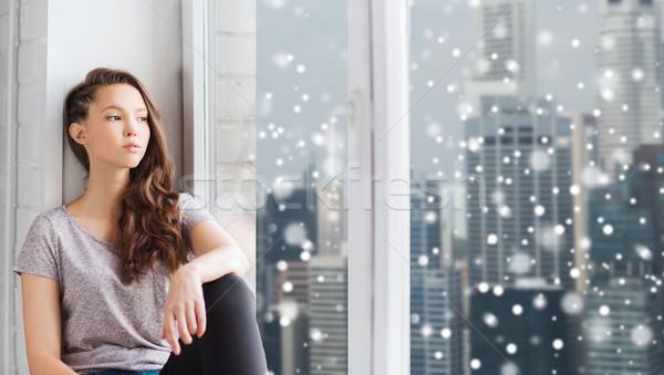 Szomorú csinos tinilány néz ablak emberek Stock fotó © dolgachov