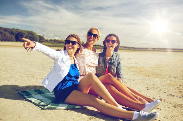 Photo stock: Groupe · souriant · femmes · lunettes · de · soleil · plage · vacances · d'été